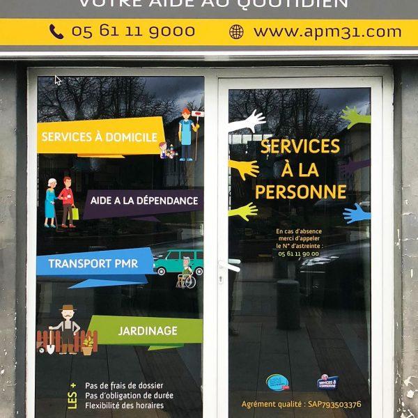 Création et pose de vinyles de vitrine, cartes de visite, dépliants et flocage de véhicules sur Blagnac, Toulouse, Haute-Garonne, Occitanie.