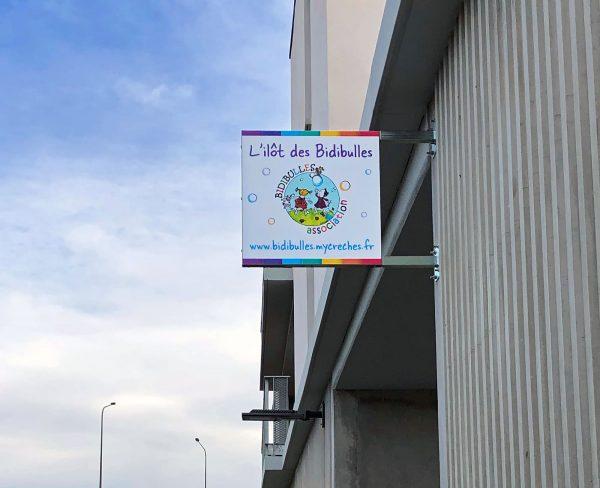 Enseigne drapeau crêche - Aluminium imprimé et pelliculé - Toulouse - Blagnac